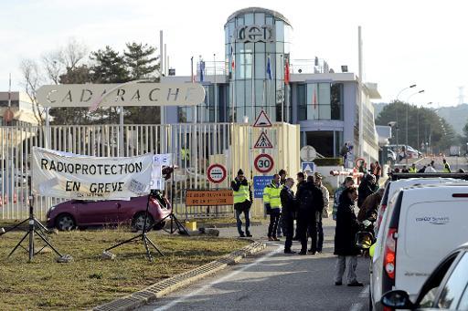 Des salariés du service de protection contre les rayonnements au Commissariat à l'énergie atomique et aux énergies alternatives, bloquent l'entrée du CEA de Cadarache, le 15 décembre 2014 © Boris Horvat AFP