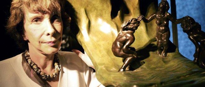 """Reine-Marie Paris pose à côté de """"La Vague"""" lors d'une exposition en 2005."""