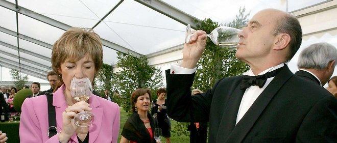 Alain Juppé et son épouse Isabelle en pleine dégustation, en 2007.