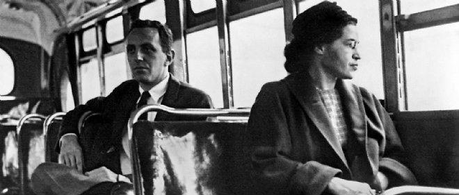 Rosa Parks refuse de laisser sa place dans un bus à un Blanc.