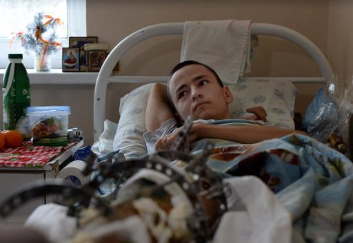 Nikita Arkhipov, un adolescent blessé lors de combats dans l'est de l'Ukraine, le 19 décembre 2014 à l'hôpital de Donetsk où il a été opéré © Vasily Maximov AFP