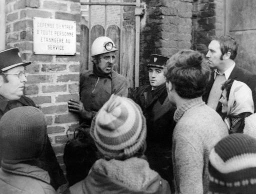 Le chef des oprérations de secours M. Cuvelette devant la mine de Saint Amé parle avec les proches des mineurs le 27 décembre 1974 à Liévin ©  AFP/Archives
