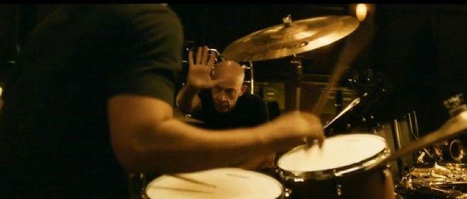 Le cruel et charismatique professeur de batterie, Terence Fletcher, est campé par un brillant J. K. Simmons.