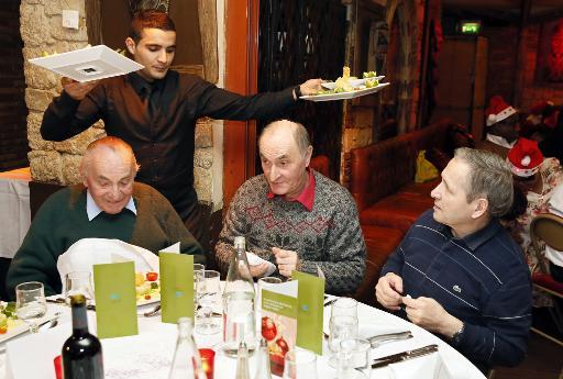 Des convives lors d'un repas organisé par l'association Les Petits Frères des Pauvres, le 25 décembre 2014 à Paris © Patrick Kovarik AFP