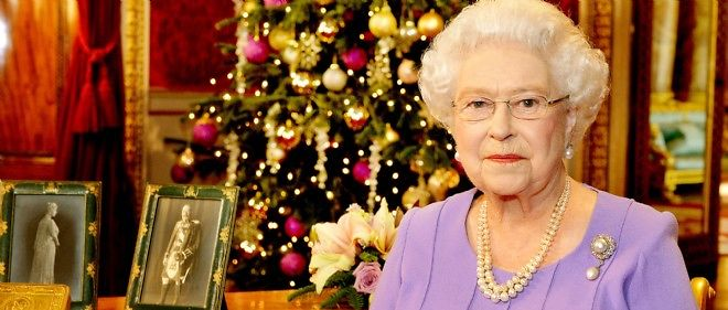 La reine Elizabeth II après l'enregistrement de son message de Noël dans la salle à manger de Buckingham Palace.