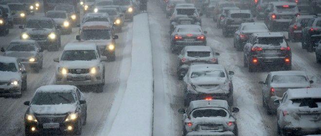 Une tempête de neige a paralysé le trafic routier à Moscou jeudi 25 décembre 2014.