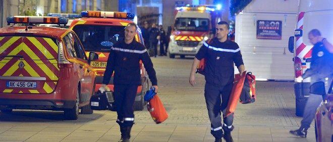 Les secours interviennent sur le marché de Noël de Nantes après le drame.