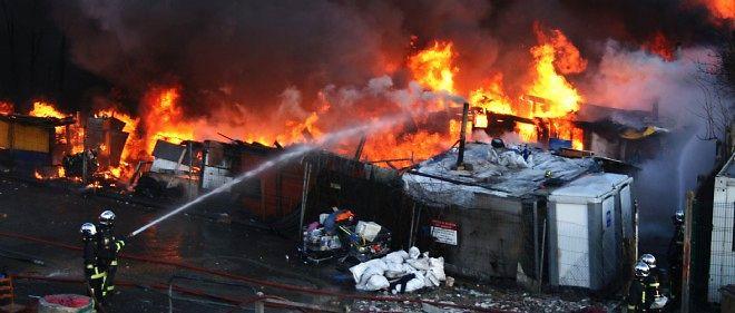 Des pompiers s'affairent pour éteindre un incendie dans un camp rom le 7 février 2011 à Bobigny. Photo d'illustration.