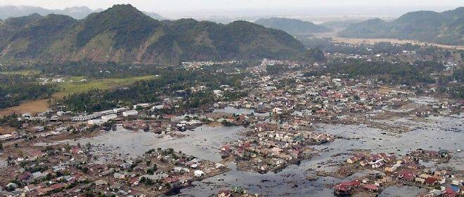 Un village sur la côte de Sumatra complètement détruit par le tsunami de 2004.