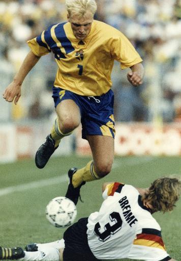Le Suédois Klas Ingesson tente d'éviter le tacle de l'Allemand Andreas Brehme en demi-finales de l'Euro 1992 à Stockholm, le 21 juin © Anders Wiklund TT News Agency/AFP/Archives