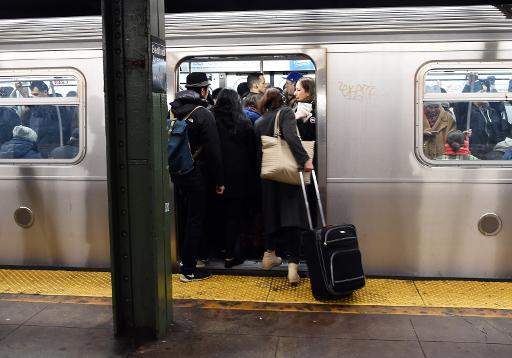 Heure de pointe le matin à la station de métro Bedford Avenue le 22 décembre 2014 à New York © Don Emmert AFP