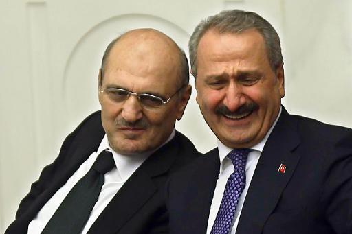 L'ancien ministre de l'Economie Zafer Caglayana (d) et l'ancien ministre de l'Environnement Erdogan Bayraktar, le 5 mai 2014 à Ankara © Adem Altan AFP/Archives