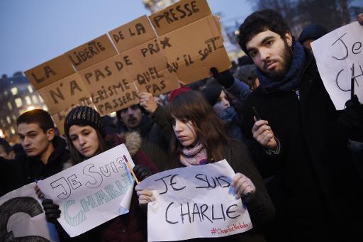 Des personnes lors du rassemblement en hommage aux victimes de l'attaque du journal Charlie Hebdo qui a fait 12 morts, le 7 janvier 2015 à Paris © Martin Bureau AFP