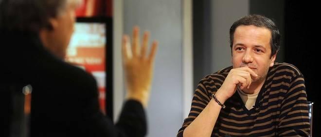 """Le caricaturiste algérien du journal """"Liberté"""" lors d'une émission du magazine """"Kiosque"""", sur TV5 Monde. Ce 22 janvier 2012, il est face à un autre grand dessinateur, Plantu."""