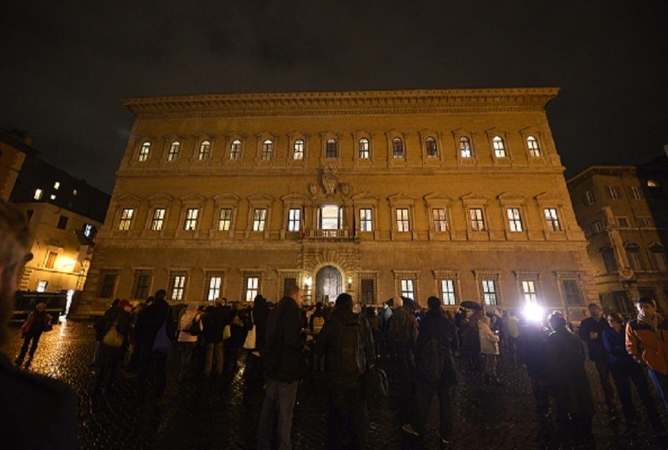 """Rassemblement """"Je suis Charlie"""" à Rome, devant le palais Farnese ©  TIZIANA FABI / AFP PHOTO"""