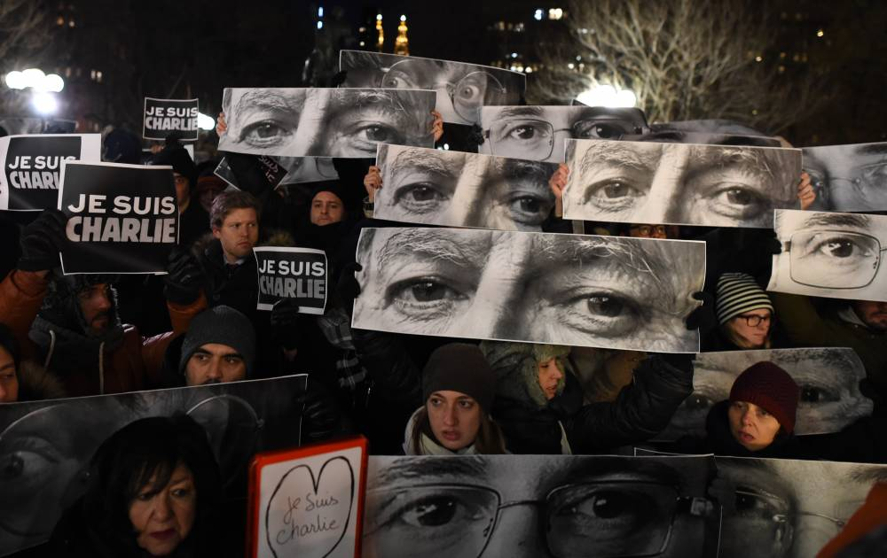 """Manifestations en hommage à """"Charlie Hebdo"""" sur Union Square, à New York, mercredi soir ©  DON EMMERT / AFP PHOTO"""