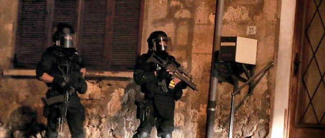 """Les frères Kouachi, suspects de l'attentat de """"Charlie Hebdo"""", sont toujours activement recherchés par les forces de police et de gendarmerie."""