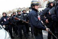 Les policiers à la porte de Vincennes vendredi 9 janvier alors qu'un homme -probablement Amédy Coulibaly- a pris 5 personnes en otage dans une épicerie casher. ©Loïc Venance/AFP