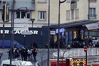 Des otages évacués par la police après l'assaut contre l'épicerie casher de la Porte de Vincennes. ©THOMAS SAMSON