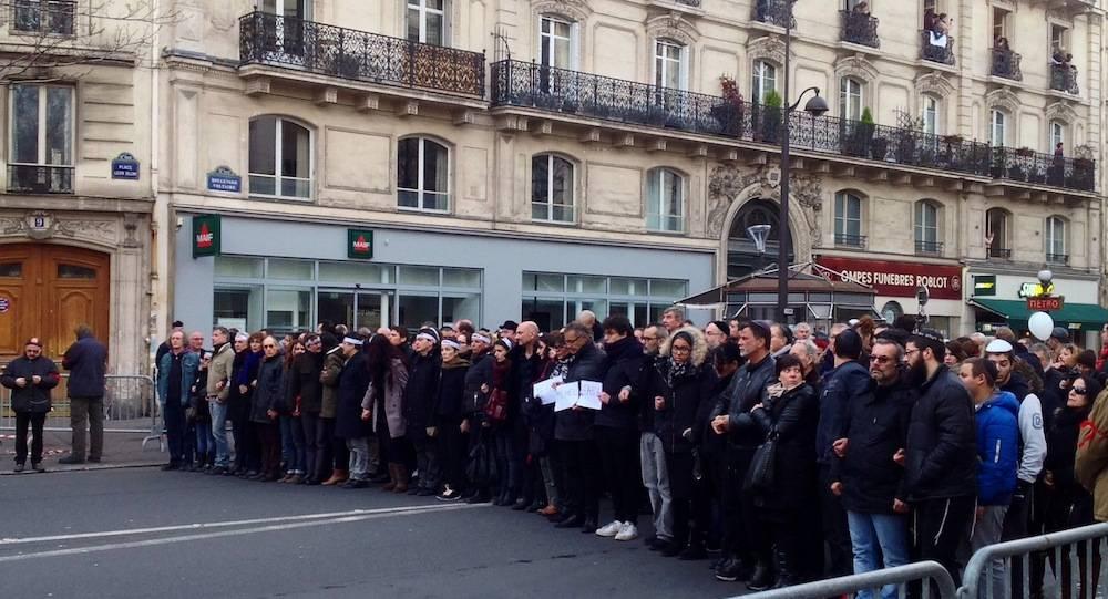 """Dans le carré de tête de la manifestation, les proches des victimes des attentats ©  Charlotte Chaffanjon pour """"Le Point"""""""