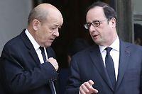 Jean-Yves Le Drian et François Hollande à l'issue d'une réunion de crose, le 10 janvier, à l'Élysée. ©AFP PHOTO / THOMAS SAMSON