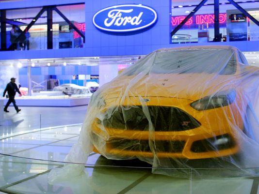 Derniers préparatifs sur le stand Ford ©  DR