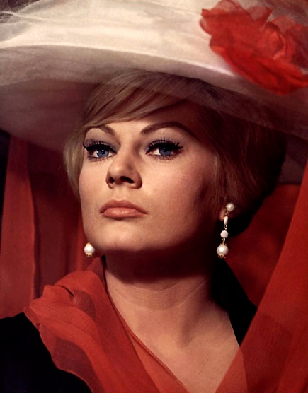 "Anita Ekberg dans ""Quatre du Texas"" (1964) avec Franck Sinatra et Dean Martin"