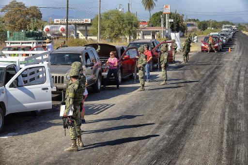 Des soldats mexicains à un chekpoint à l'entrée de la ville d'Apatzingan le 12 janvier 2015 © Alfredo Estrella AFP