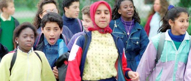 1989 à Creil dans l'Oise, Fatima porte son foulard dans la cour de son lycée.