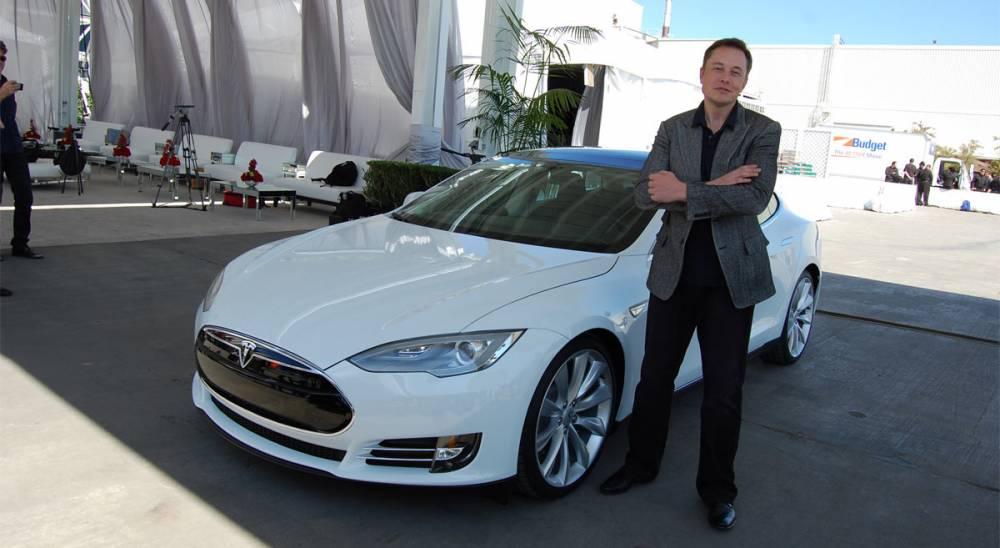 Elon Musk et sa Tesla S occupe bien le créneau de la voiture propre ©  DR