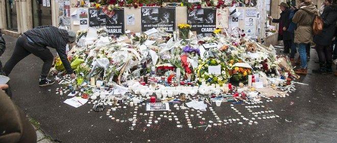 """À quelques mètres du siège de """"Charlie Hebdo"""", les Parisiens continuent à venir se recueillir."""