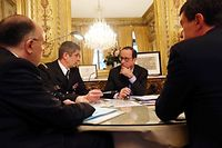 Vendredi 9 janvier, 8h30. A l'Élysée, François Hollande est entouré de Denis Favier, Bernard Cazeneuve et Manuel Valls. ©Pascal Segrette/Elysée