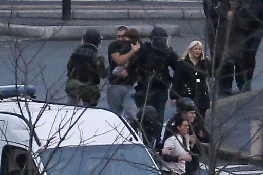 Les otages du supermarché casher de la porte de Vincennes, évacués par la police le 9 janvier 2015 à Paris © Thomas Samson AFP/Archives