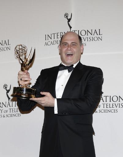 Le producteur Matthew Weiner tient son trophée reçu lors des International Academy Of Television Arts & Sciences awards le 24 novembre à  New York © Jason Szenes AFP