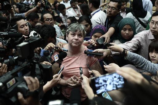 La parente (c) d'un passager du  vol MH370 de la Malaysia Airlines s'exprime le 29 janvier 2015 devant la presse à Putrajaya, capitale administrative de la Malaisie ©  AFP