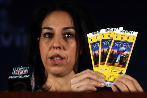 Anastasia Danias, vice-présidente des affaires juridiques de la NFL, lors d'une conférence de presse sur la contrefaçon de billets pour le Super Bowl, le 30 janvier 2014 à New York ©  Getty/AFP/Archives