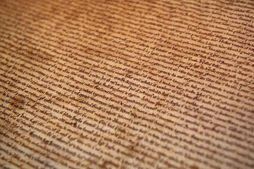 """Détail de l'exemplaire original de la """"Magna Carta"""" conservé à la cathédrale de Salisbury et exposé à Londres le 2 février 2015  à l'occasion du lancement des célébrations des 800 ans de ce texte fondateur de la démocratie et du droit constitutionnel modernes © Leon Neal AFP"""