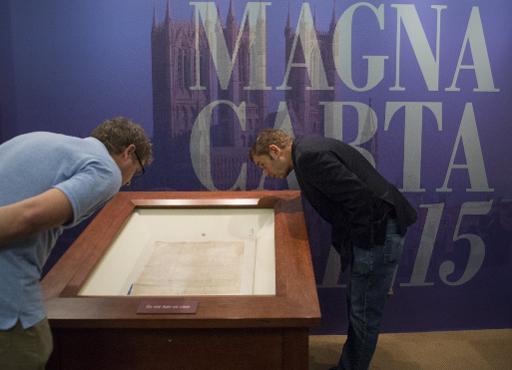 """Des visiteurs lors d'une exposition sur la """"Magna Carta"""" à la librairie du Congrès des Etats-Unis à Washington, le 6 novembre 2014 © Saul Loeb AFP/Archives"""