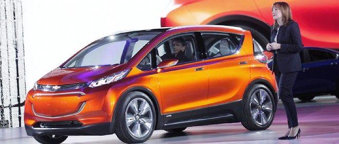 General Motors et sa présidente Mary Barra, qui présente ici le concept Bolt, ont vécu une année 2014 paradoxale avec des chiffres records, qu'il s'agisse des rappels ou des ventes.