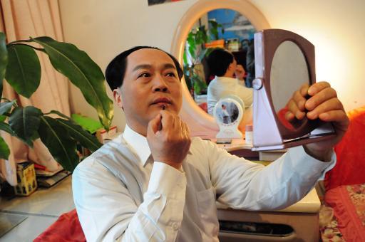 L'acteur chinois Xu Ruilin (g), sosie de Mao Tsé-toung, fondateur de la Chine populaire, se maquille chez lui, le 27 janvier 2015 à Liaocheng, dans la province du Shandong © STR AFP