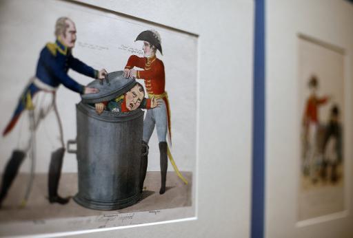 Une caricature de 1815 montrant Napoléon tentant de sortir d'une poubelle pendant que Wellington appuie sur le couvercle, exposée au British Museum de Londres, le 4 février 2015 © Adrian Dennis AFP