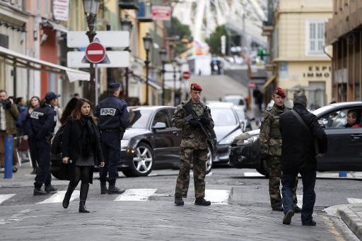 Soldats et policiers le 4 février 2015 à Nice sur le lieu de l'attaque commise par Moussa Coulibaly © Valery Hache AFP