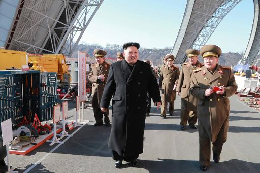 Photo non datée fournie le 2 février 2015 par l'agence nord-coréenne Kcna du leader Kim Jong Un visitan une exposition d'outils et ustensils dans un endroit non précisé ©  KCNA/AFP