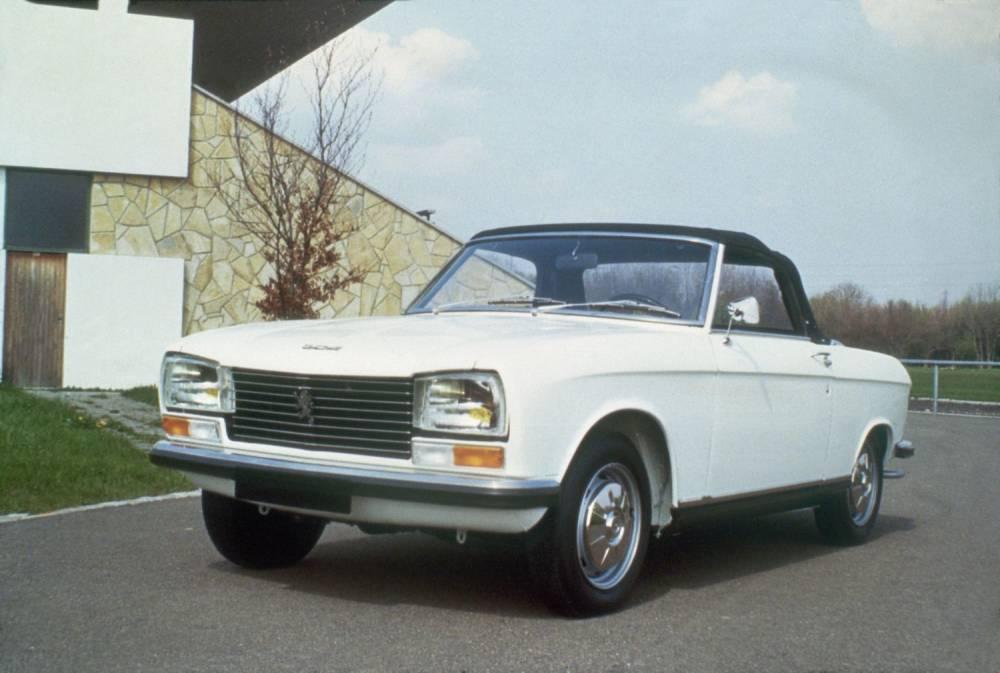 Sur le stand Peugeot, la 204, ici en version cabriolet, fête ses 50 ans. ©  PEUGEOT