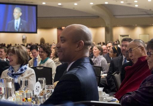 Le dalaï lama écoute le discours du président Barack Obama (visible sur un écran), le 5 février 2015 à Washington lors d'un petit déjeuner national de prière © Saul Loeb AFP