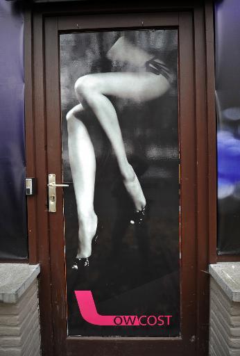 """Vue en date du 1er décembre 2011 à Tournai de la porte d'entrée du """"Low Cost"""" un bar ppartenant à Dominique Alderweireld alias """"Dodo la Saumure"""" © Philippe Huguen AFP/Archives"""