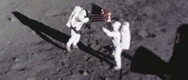 On a retrouvé, dans la trousse à outils d'Armstrong, la caméra ayant filmé les premiers pas de l'homme sur la Lune.