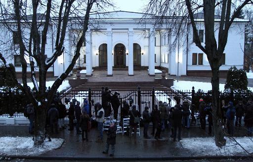 Des journalistes attendent devant la résidence présidentielle à Minsk, le 10 février 2015, où les dirigeants ukrainien, russe, français et allemand vont se réunir pour tenter de mettre fin au conflit en Ukraine © Sergei Gapon AFP