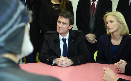 Le Premier ministre Manuel Valls et la secrétaire d'Etat chargée des Personnes handicapées et de la Lutte contre l'exclusion Ségolène Neuville à Montrouge le 31 décembre 2014 © Bertrand Guay AFP/Archives