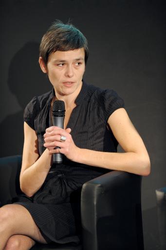"""La romancière Fanny Chiarello au cours d'un débat organisé par le """"Monde des livres"""" à Paris le 10 octobre 2010 © Miguel Medina AFP/Archives"""